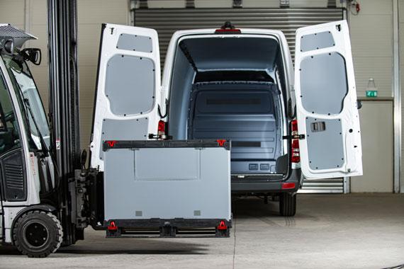 Palettenbox aus Con-Pearl vor Transporter mit Con-Pearl Innenverkleidung