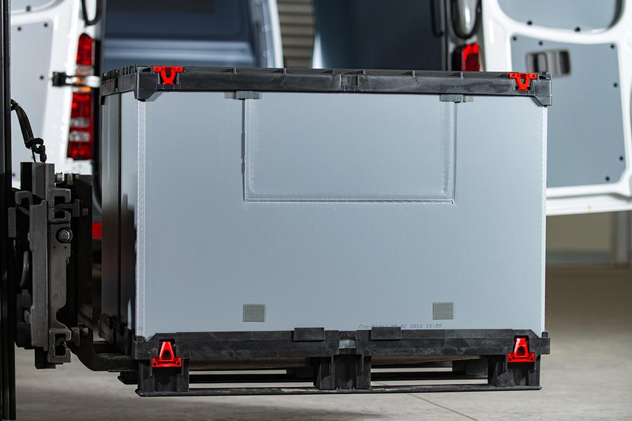 Kunststoff Palettenbox vor Transporter